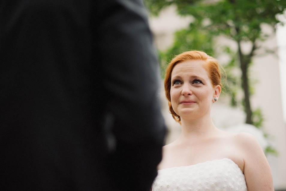 Gerührte Braut bei freier Trauung