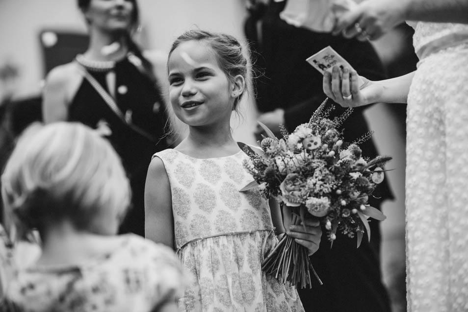 Kind mit Blumen bei freier Trauung