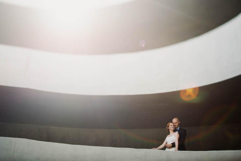 Besonderes Hochzeitsbild im Parkaus