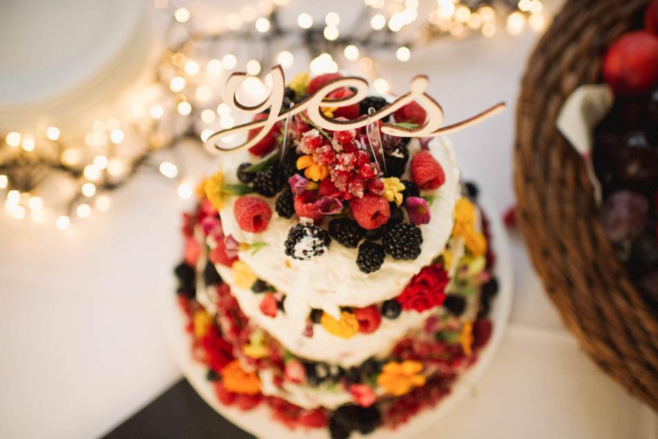 Hochzeitstortes mit Beeren und Caketopper