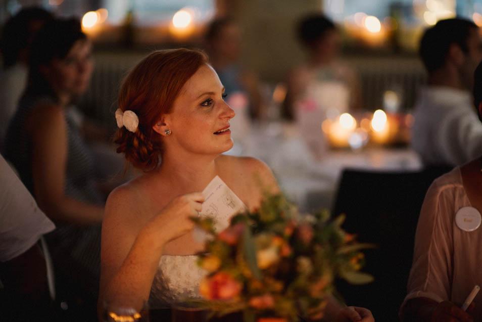Braut hört Rede zu