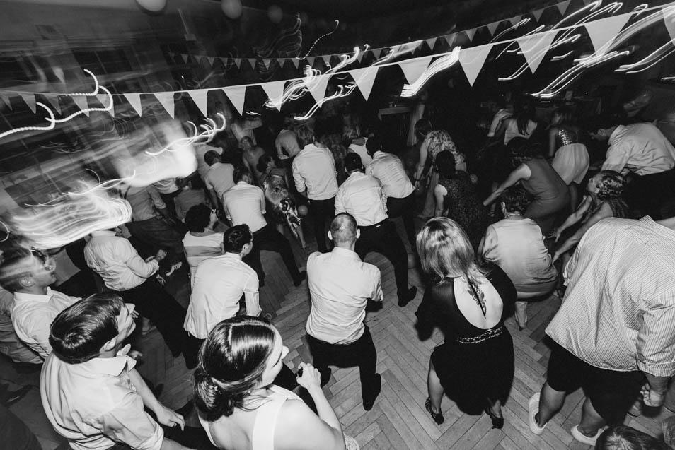 Volle Tanzfläche bei besonderer Hochzeit