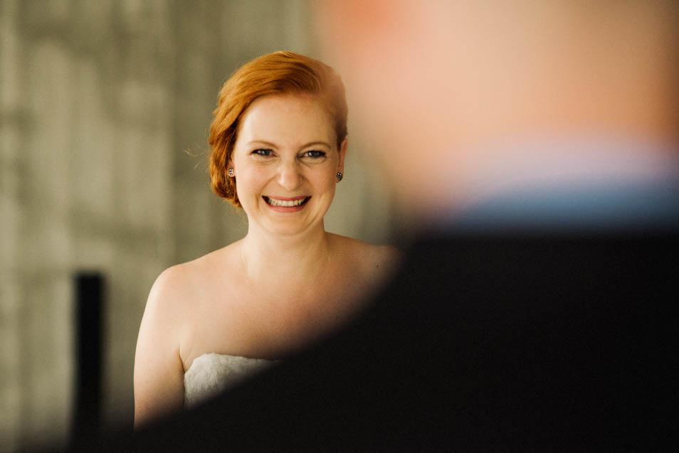 Strahlende Braut beim First Look