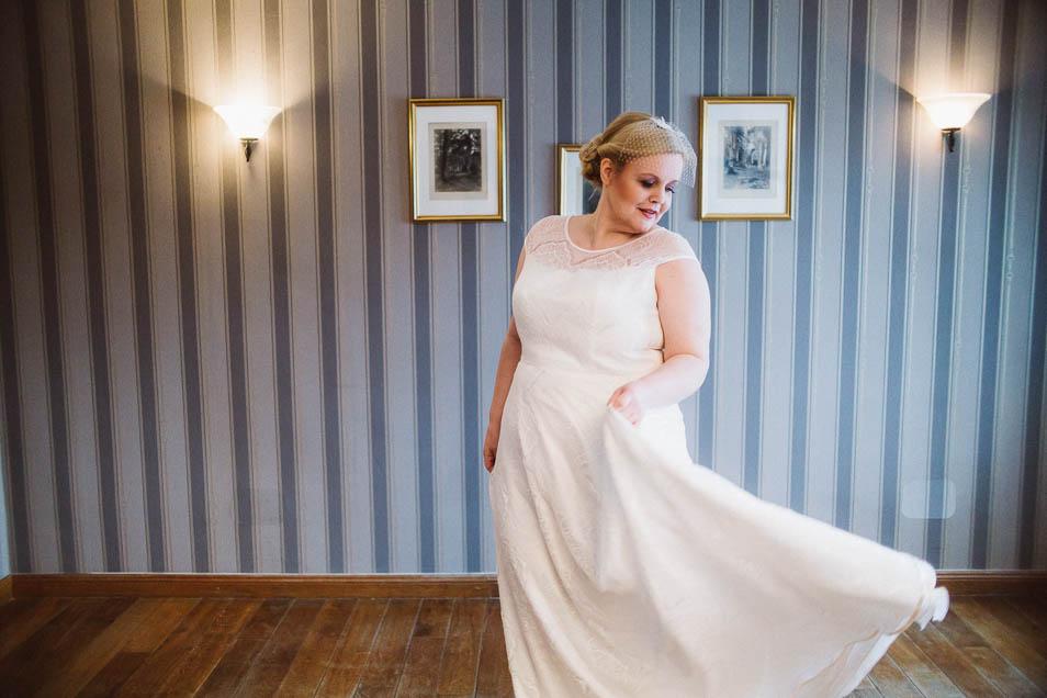 Schwungvolle Braut mit Brautkleider Übergröße