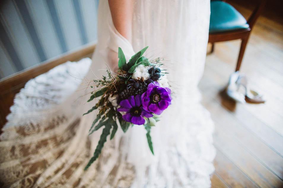 Brautstrauß und fließendes Brautkleid