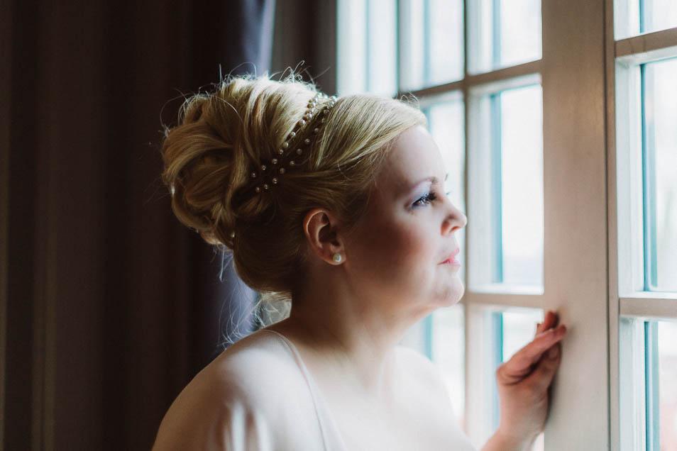 Übergrößen Braut mit schönem Kopfschmuck aus Perlen