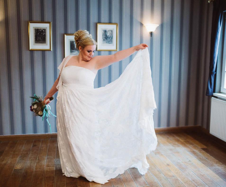 Plus Size Brautkleid mit blonder Braut und Brautstrauß
