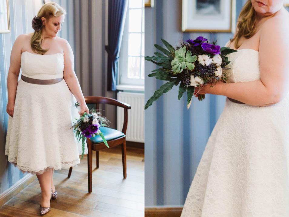 Kurzes Übergrößen Brautkleid und Brautstrauß