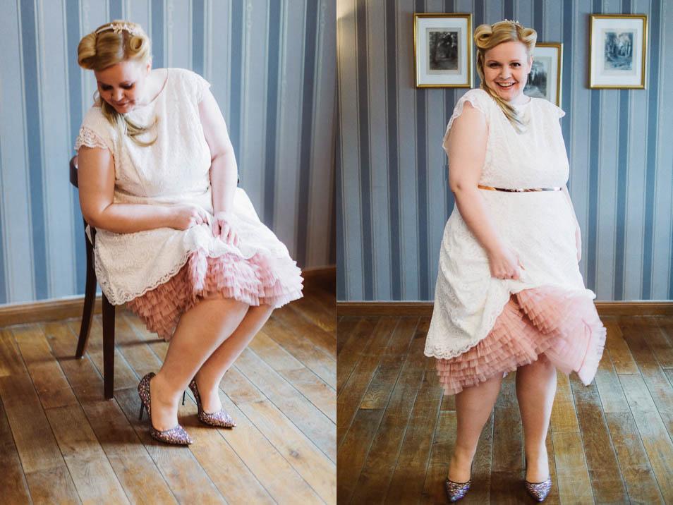 Plus Size Braut mit kurzem Brautkleid und Petticoat