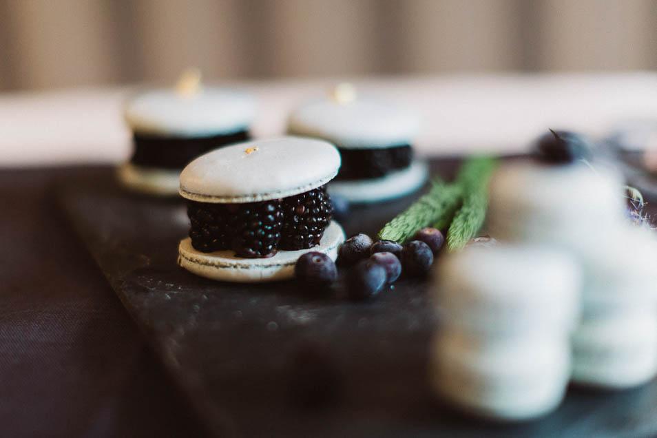 Macarons mit Brombeeren