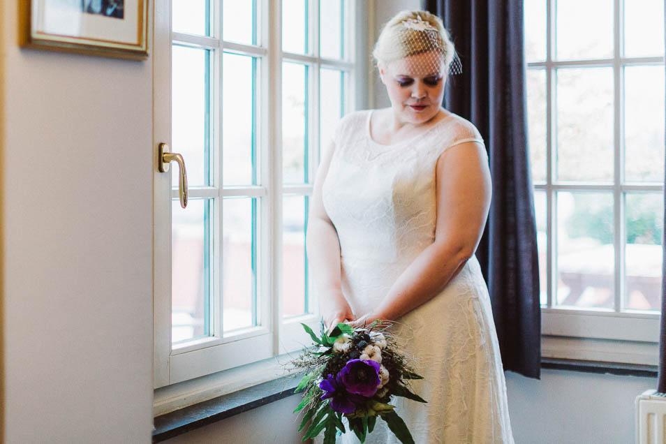 Plus Size Braut mit lila Braustrauß