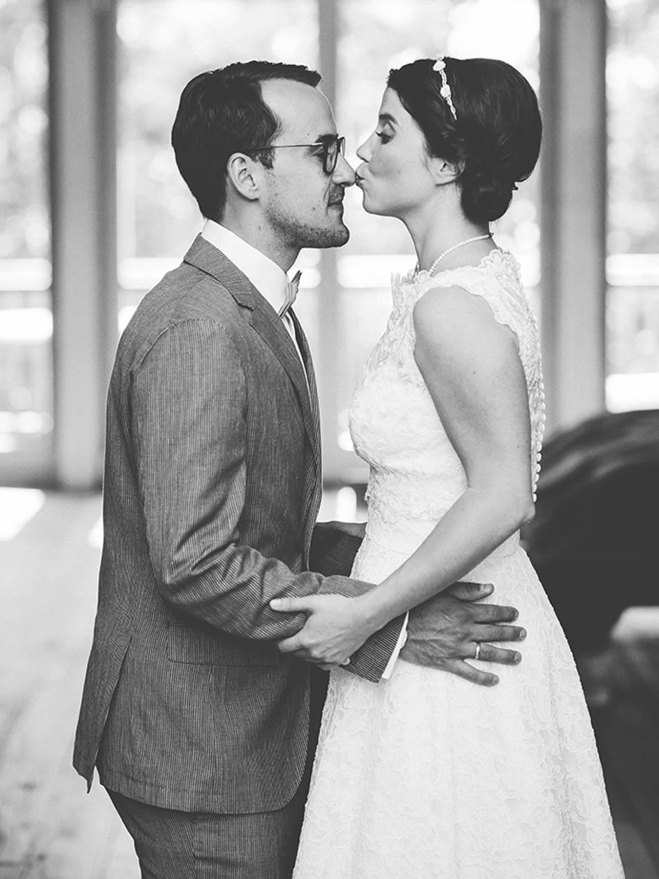 Hochzeitsparty kuss auf die Nasenspitze