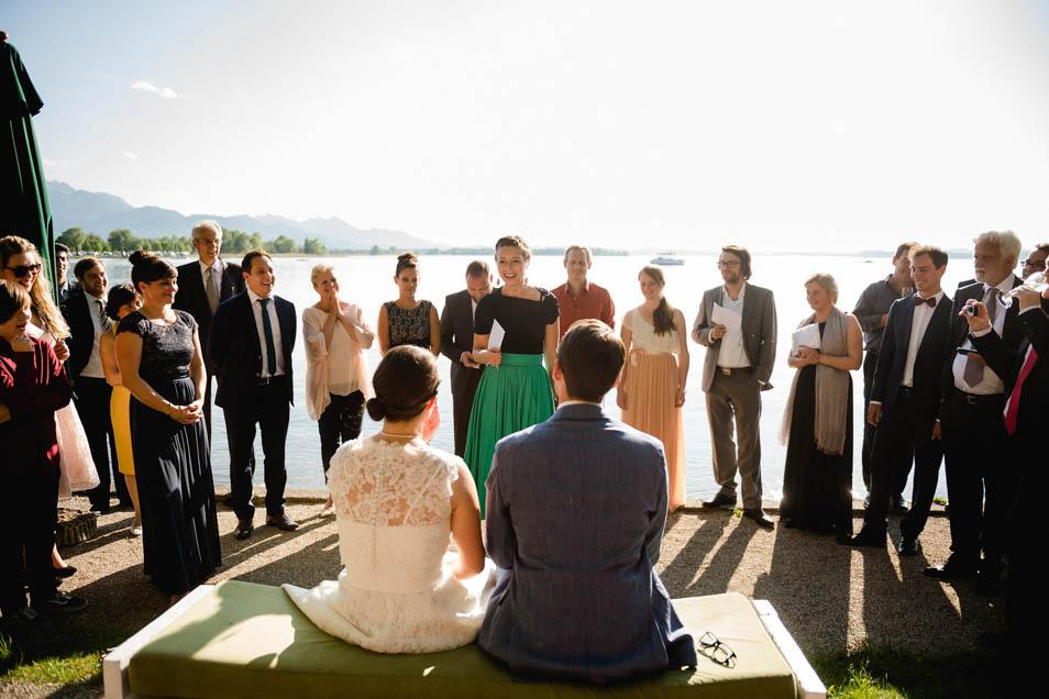 Fürbitten bei der Hochzeitsparty am See