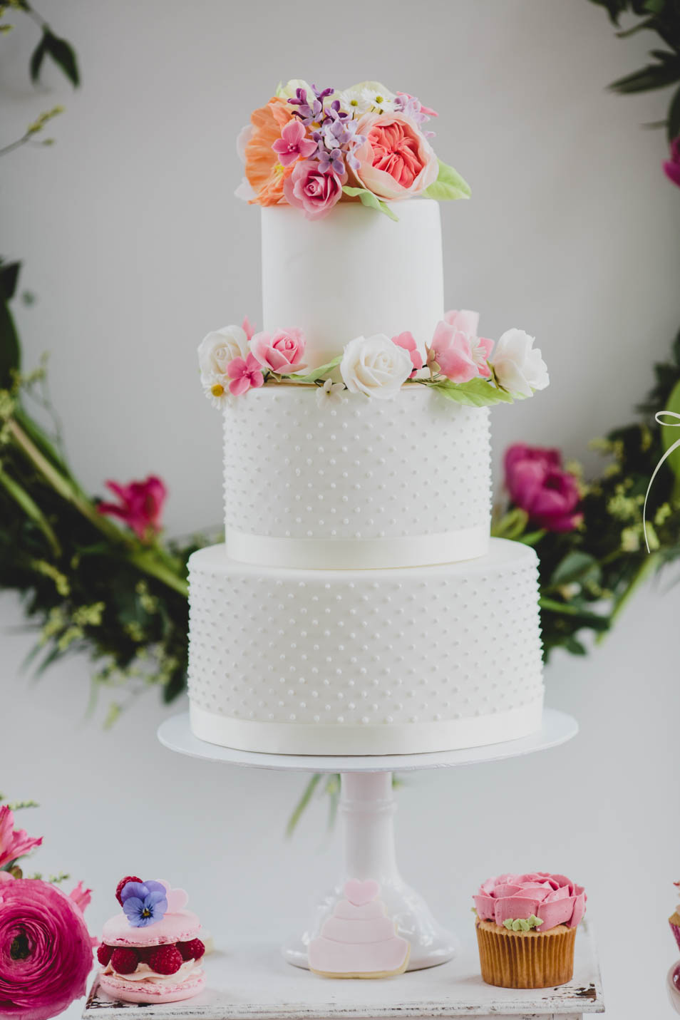 Weißer Naked Cake für den Sweet Table