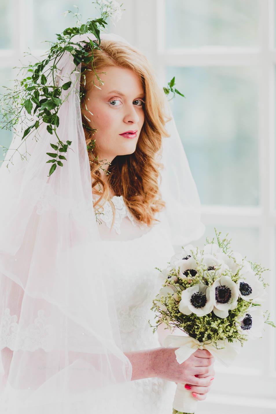 Braut mit Schleier und Blumenschmuck