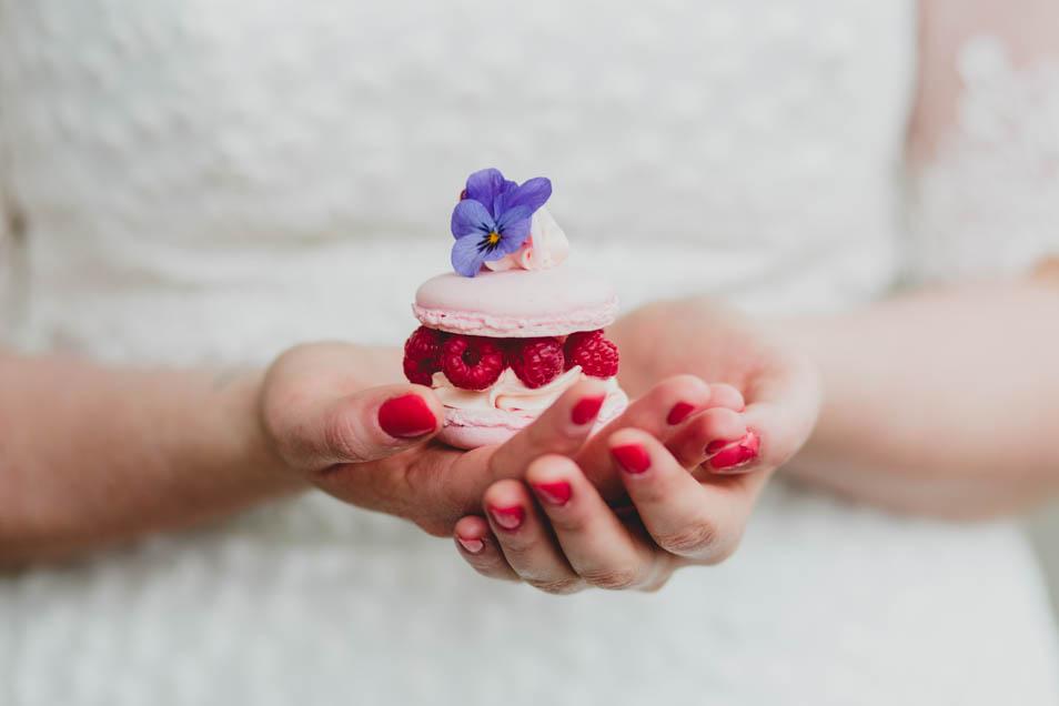 Braut mit Himbeer-Macarons