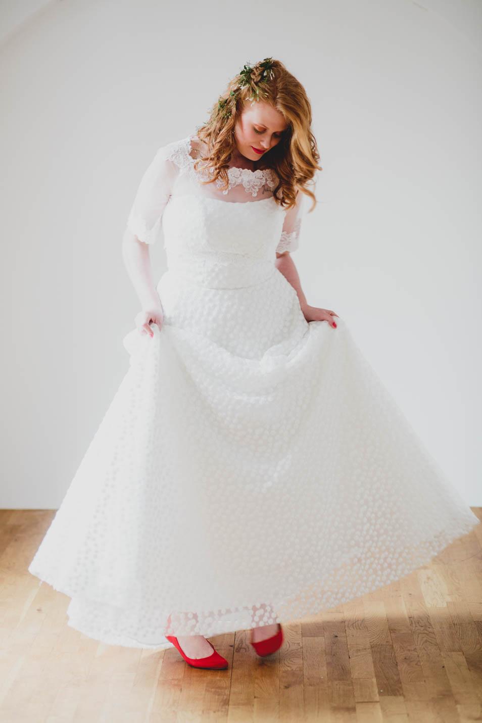 Brautkleid mit Flöckchenspitze, Braut mit Bolero und roten Schuhen