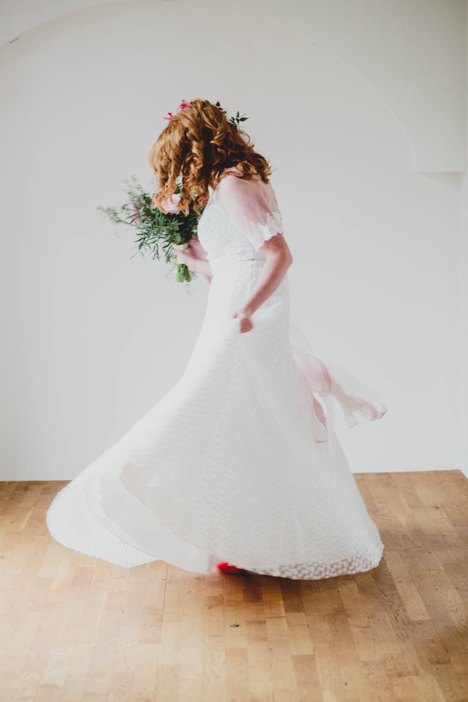 Braut dreht sich mit schwingendem Rock