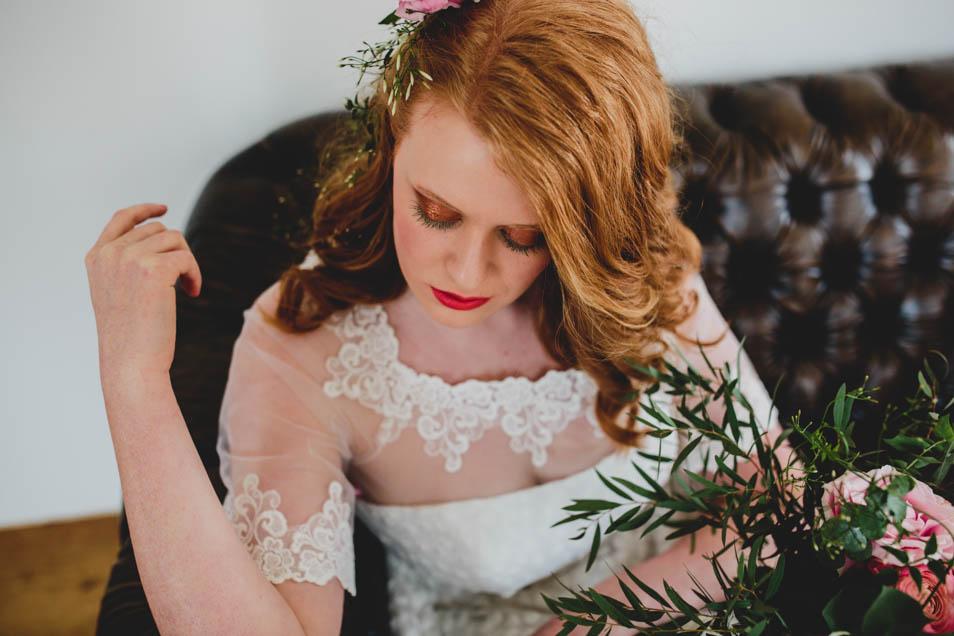 rothaarige Braut mit Spitzenbolero