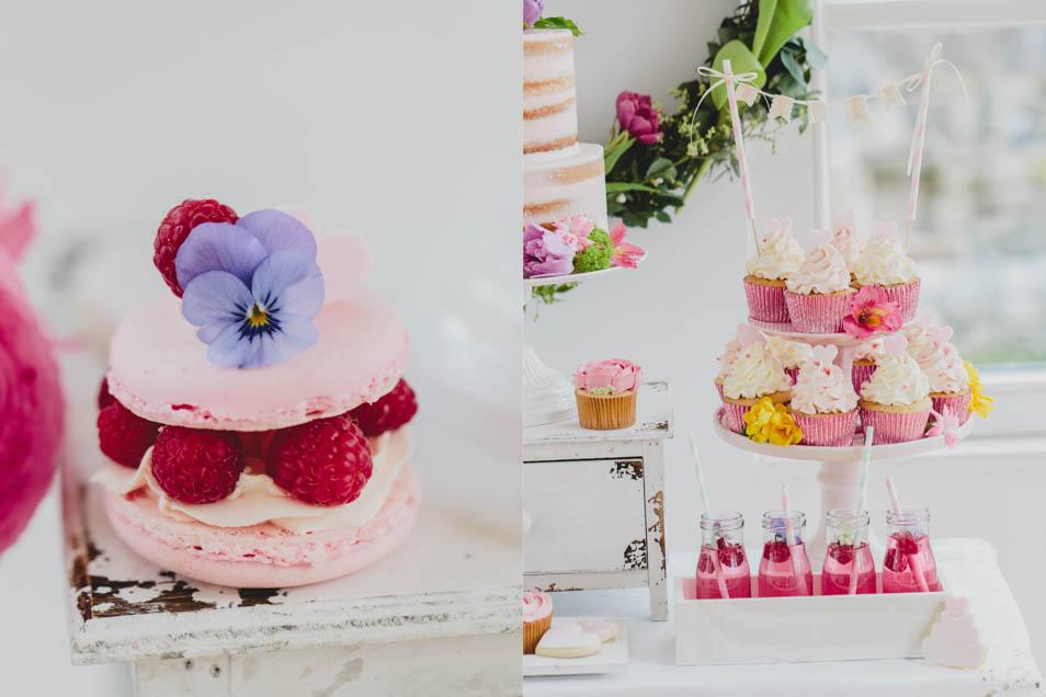 Himbeer-Macarons und Limonade und Mini Cupcakes
