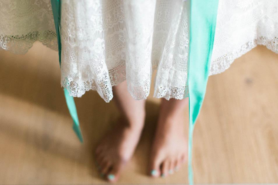 Brautkleiddetails: Spitze und Seidenband in Mint