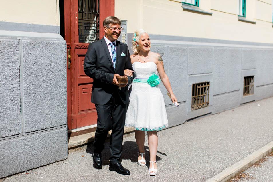 Brautvater mit tätowierter Braut
