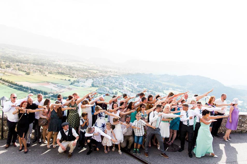 Witziges Gruppenfoto Hochzeitsgesellschaft auf Burg Landskron