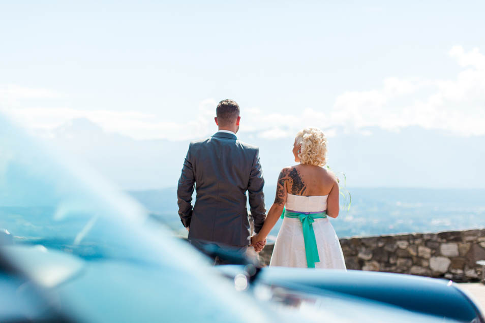 Brautpaar Hand in Hand mit Blick über Villach