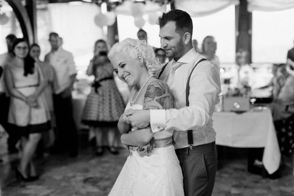 Tätowierte Braut bei Hochzeitstanz