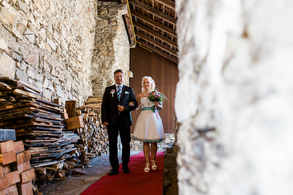 Brautvater führt tätowierte Braut zur standesamtlichen Trauung