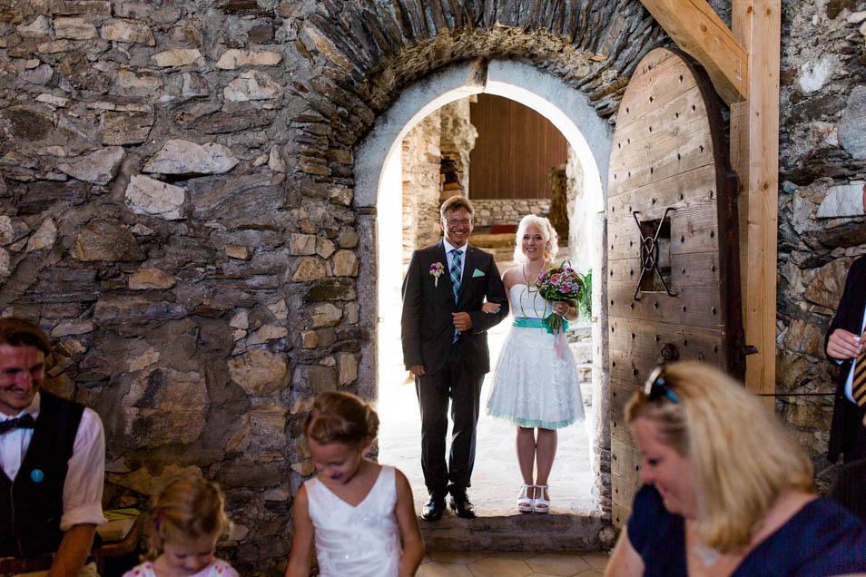 Tätowierte Braut mit Brautvater in Standesamttüre