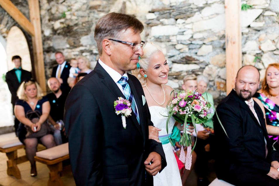 Brautvater mit Braut in der Burgkapelle
