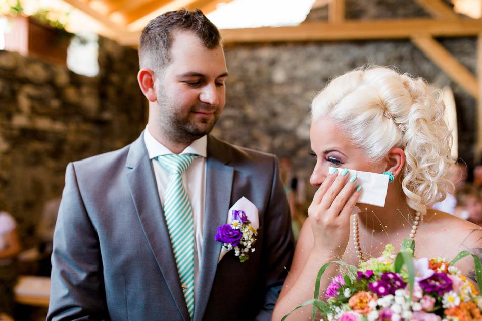 Emotionale blonde Braut mit Taschentuch