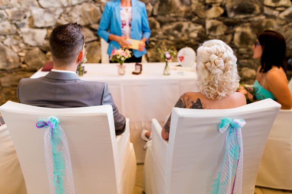 Brautpaar von hinten in Burgkapelle