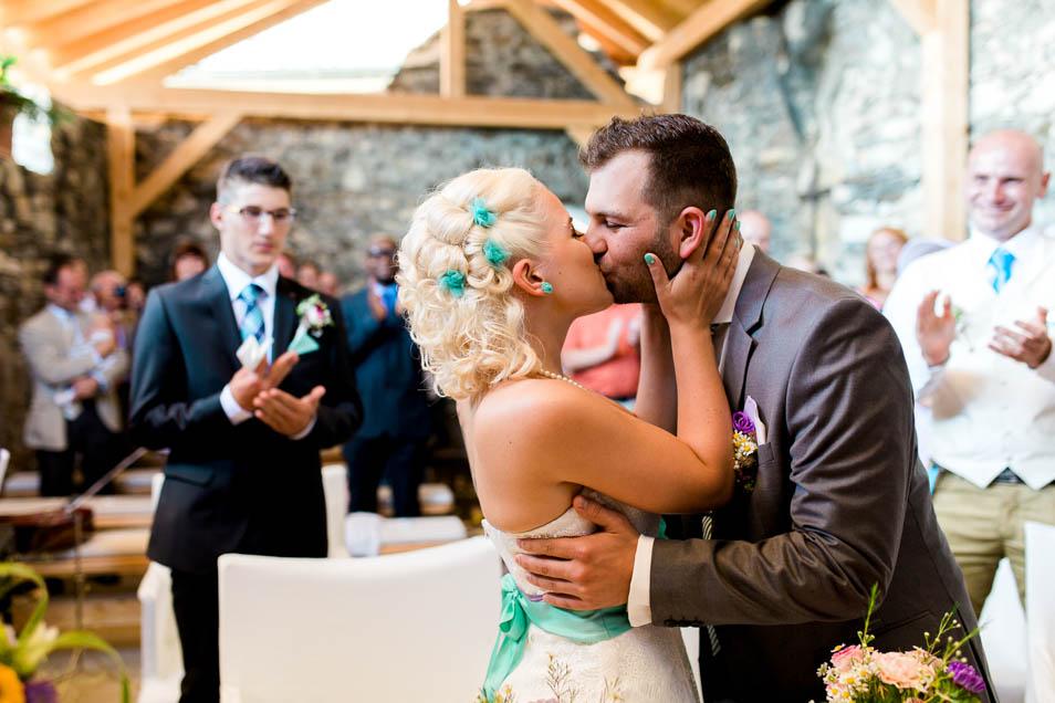 Glückliches Brautpaar küsst nach Trauung
