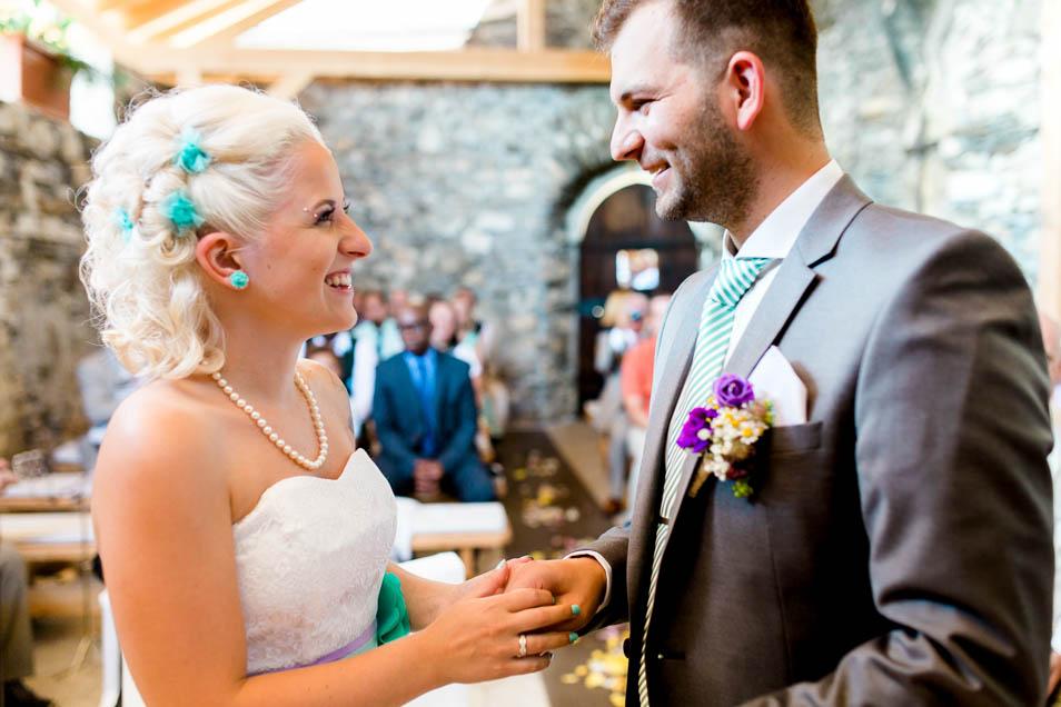 Strahlendes Brautpaar nach Ja-Wort