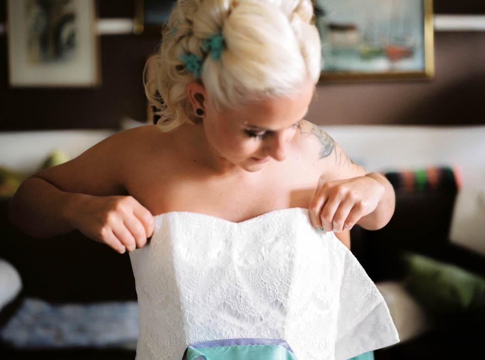 Tätowierte Braut zieht Kleid an