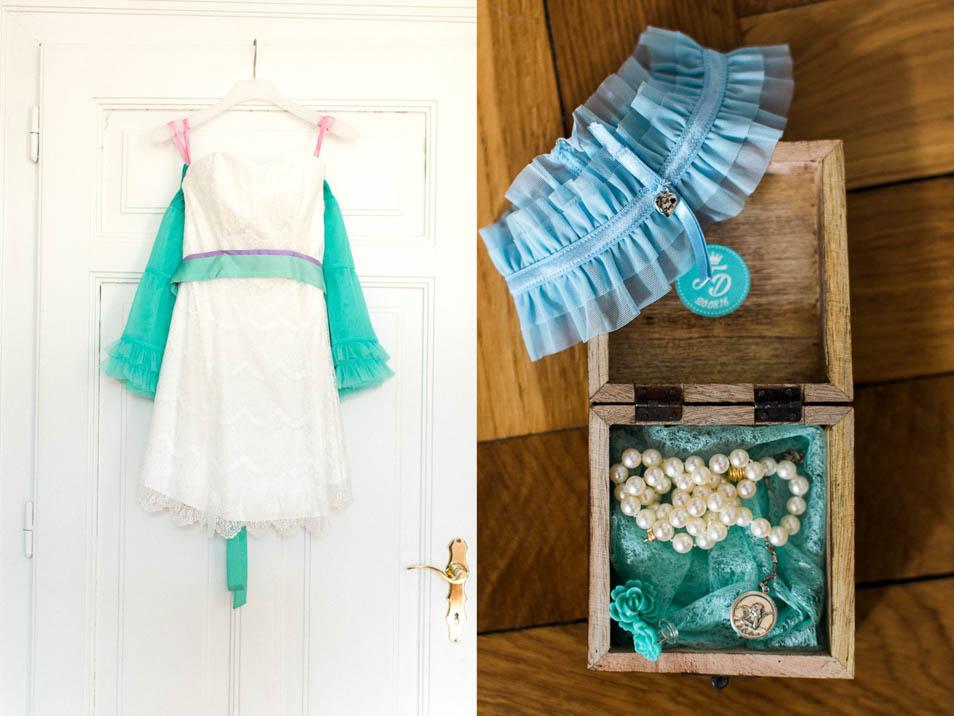 Brautkleid und mintfarbener Petticoat hängen an der Türe