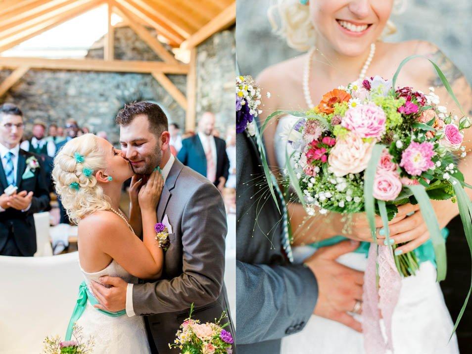 braut küsst Bräutigam und Brautstrauß