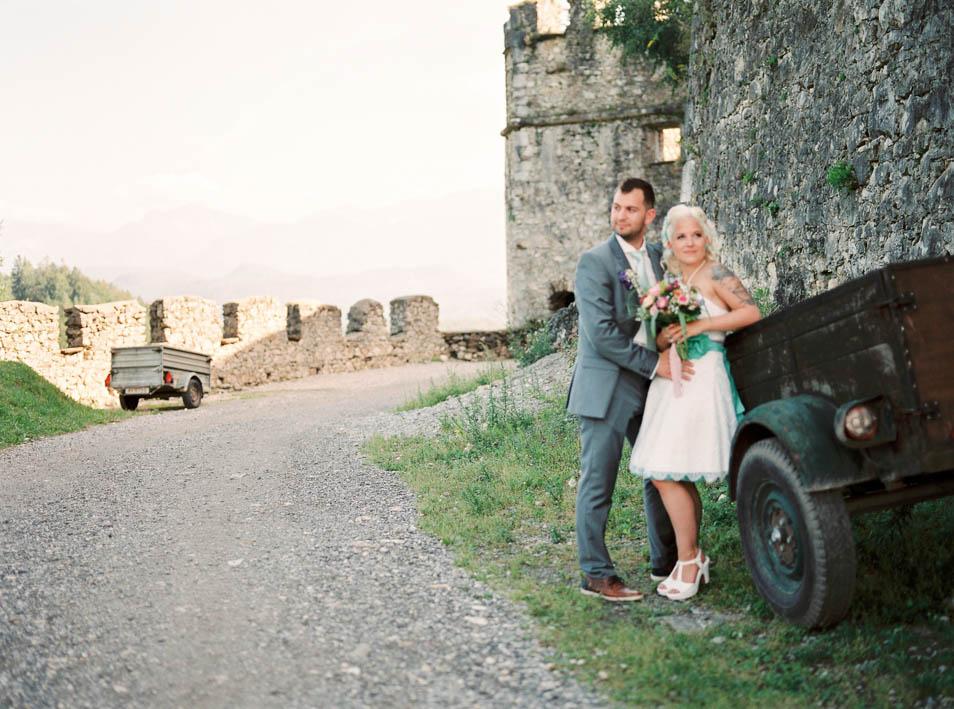 Brautpaar vor Burgmauern