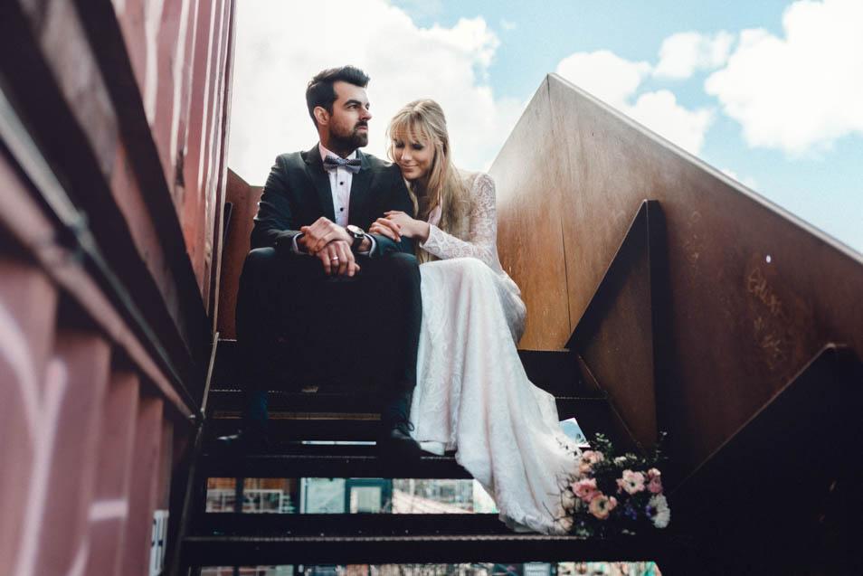 Brautkleider in Zürich, Start mit Brautpaar auf der Treppe