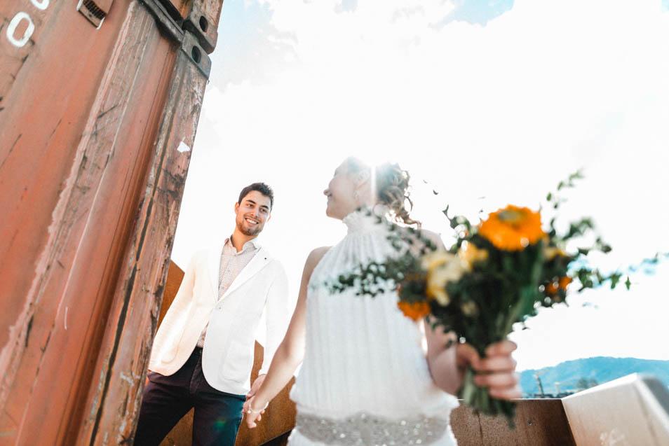 Boho Braut Hand in Hand mit Mann