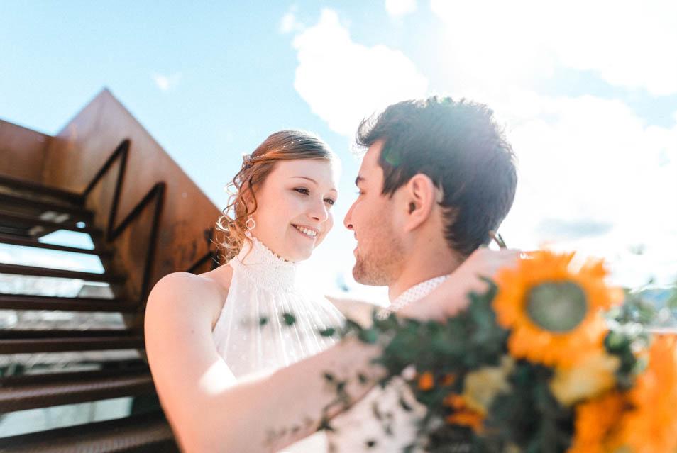 Verliebte Blicke von verliebten Brautpaar