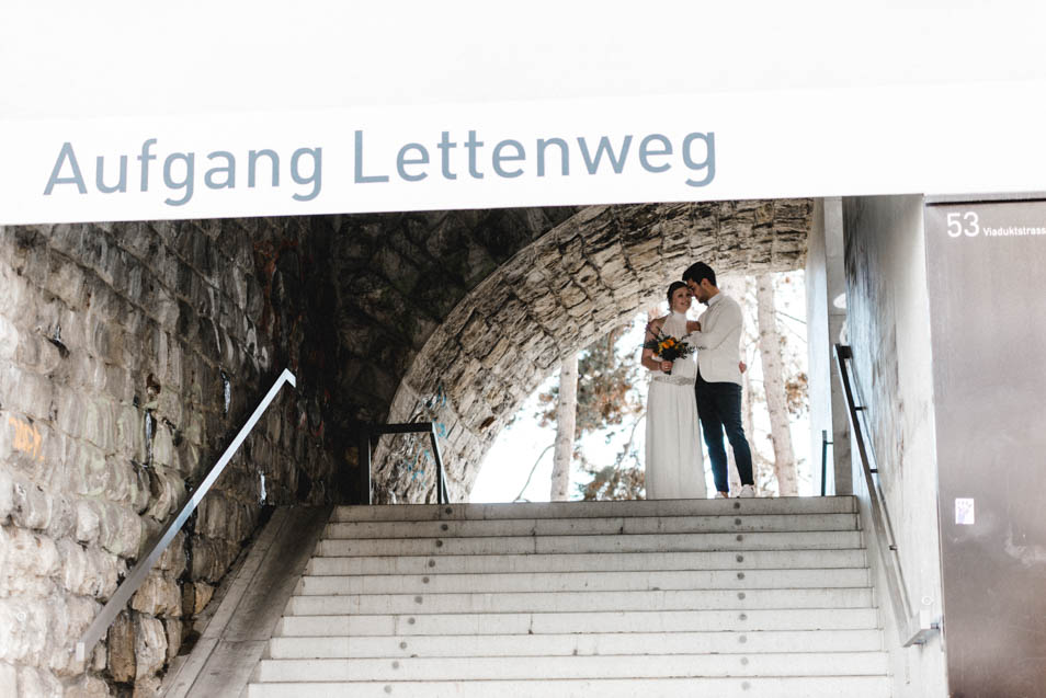 Brautpaar am Aufgang Lettenweg in Zürich