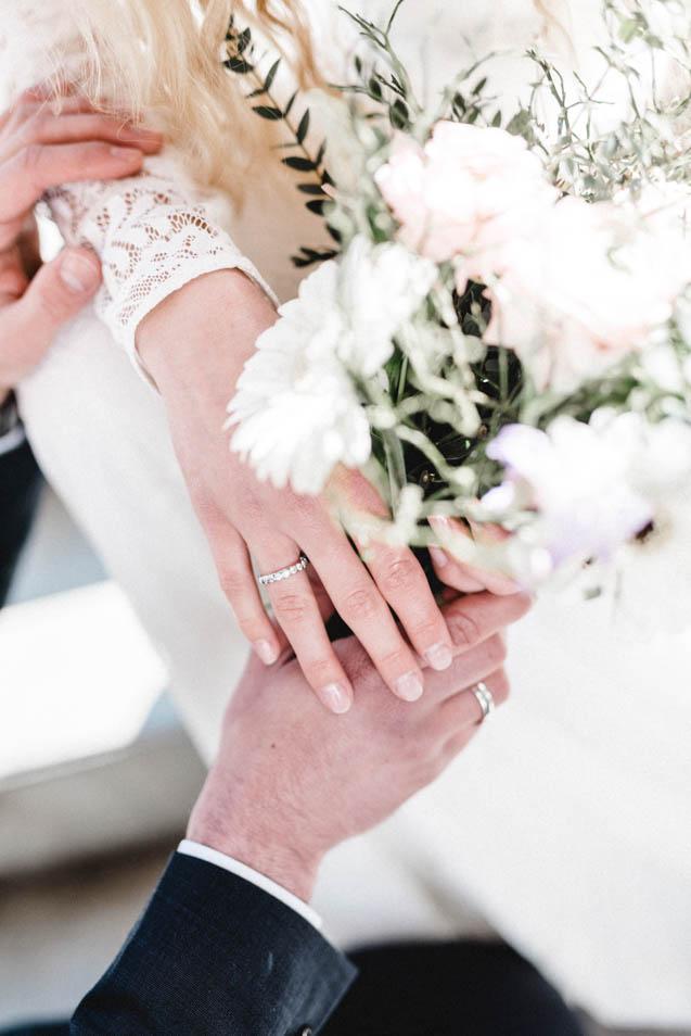 Brautkleidspitze und Blumen