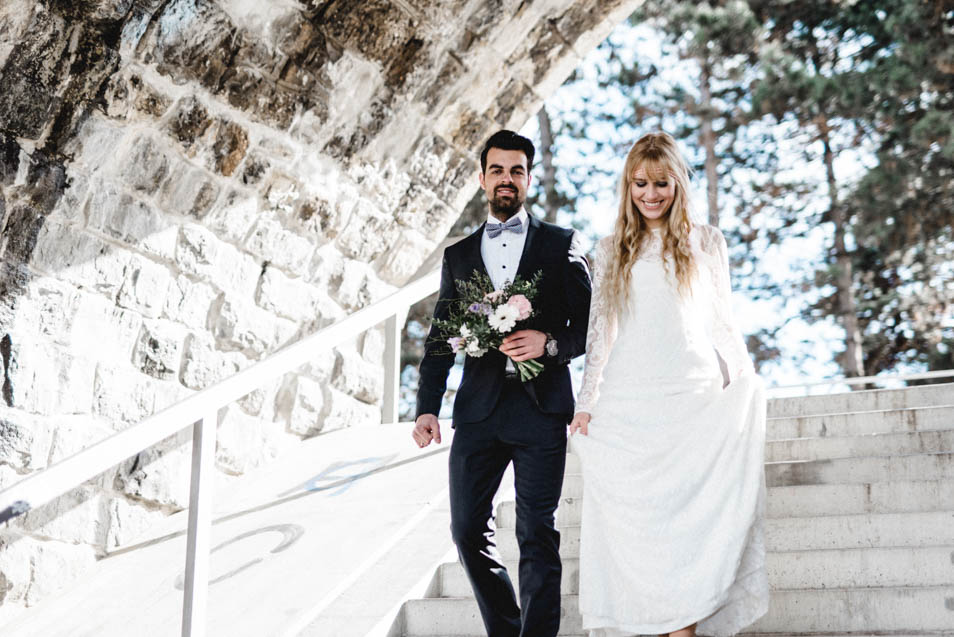 Brautpaar in Zürich steigt Treppe hinab