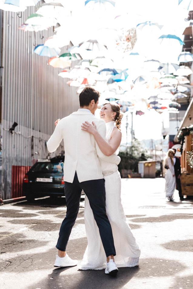 Brautpaar tanzt unter den Regenschirmen von Geroldchuchi