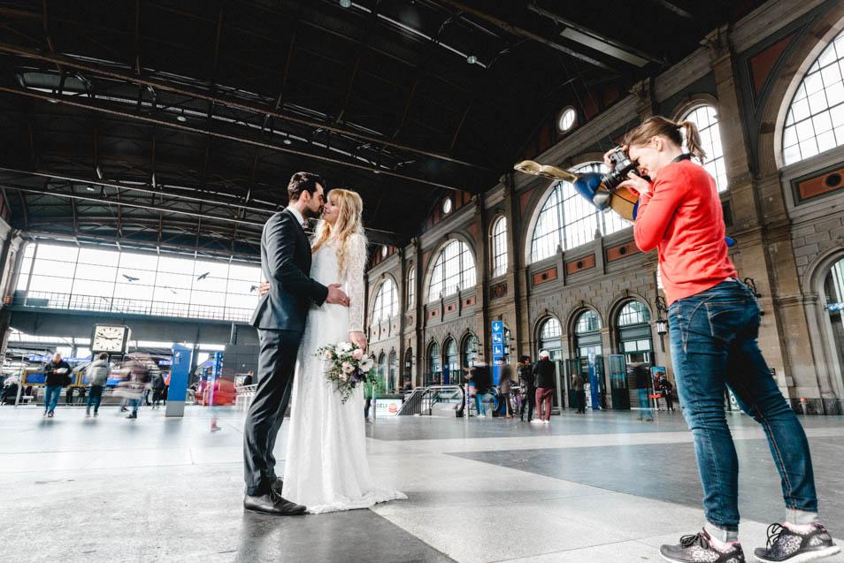 Behind the scenes Brautpaar im Hauptbahnhof Zürich
