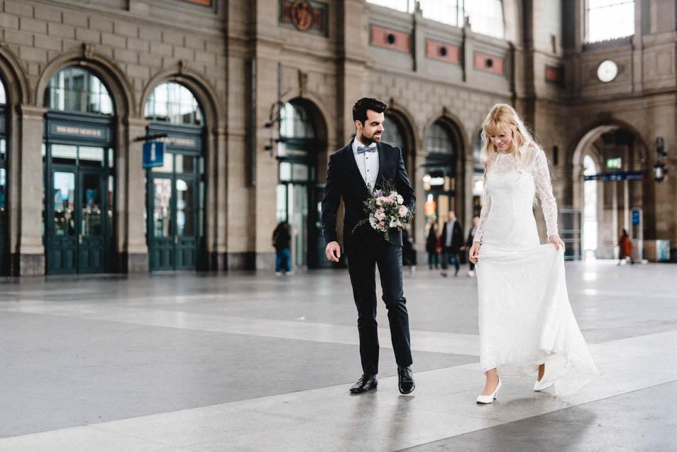 Schöne Braut mit Spitzen Brautkleid in Zürich