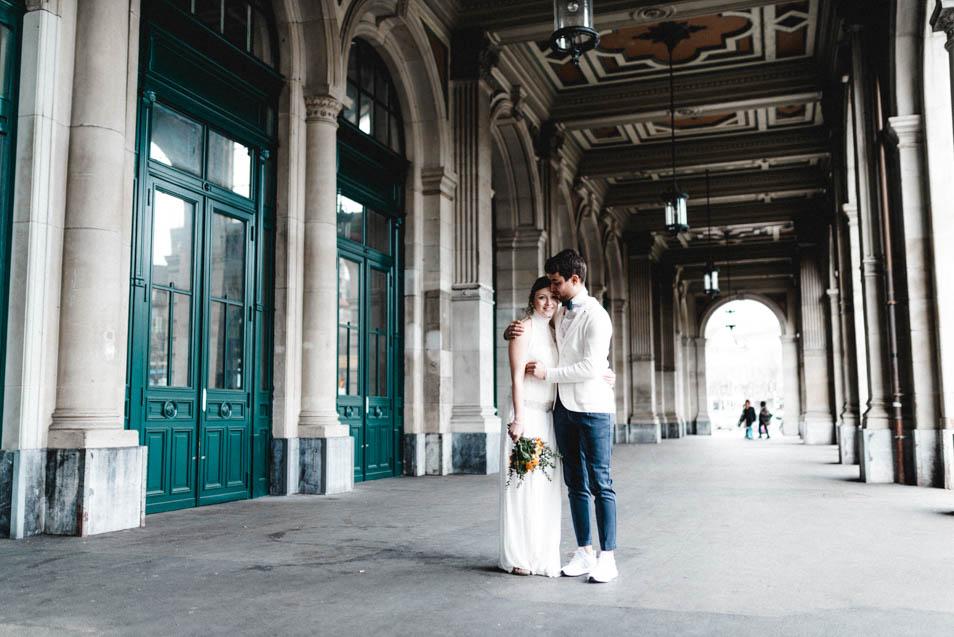 Brautpaar umarmt sich vor dem Züricher Hauptbahnhof